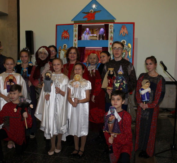 Воспитанники Центра «Образ» подарили свой кукольный спектакль жителям Москвы и степуринским бабушкам и дедушкам.