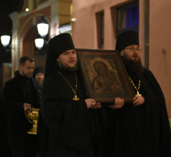 Братия Высоко-Петровского монастыря ежедневно обходит его стены с молебным пением.