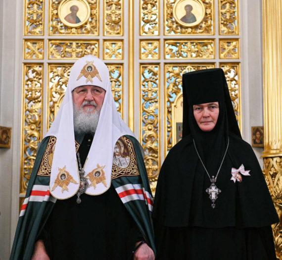 Святейший Патриарх Кирилл возглавил Литургию в Покровском монастыре и вручил орден настоятельнице обители.