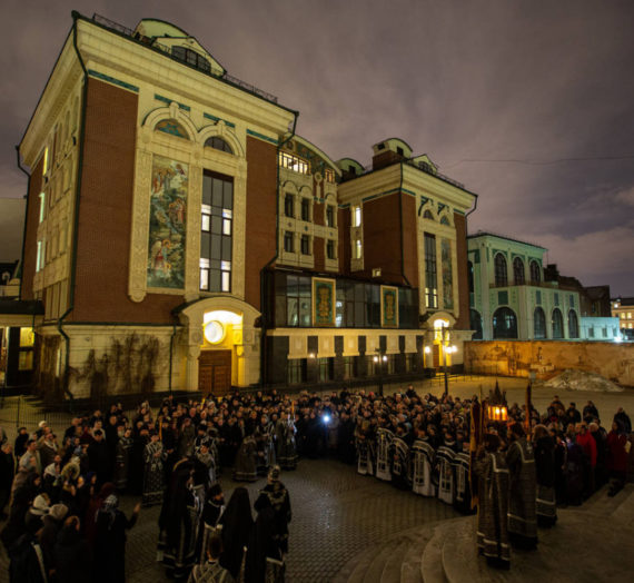 В Сретенском монастыре прошли молебен и крестный ход об избавлении от эпидемии коронавируса.