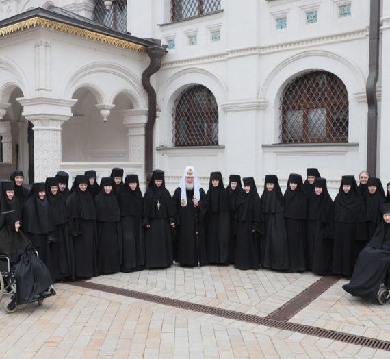 Святейший Патриарх Кирилл молился за уставным богослужением в Зачатьевском монастыре.