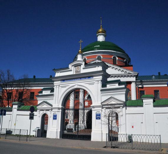 В Казанско-Богородицком монастыре Казани установили дозаторы для дезинфекции рук.