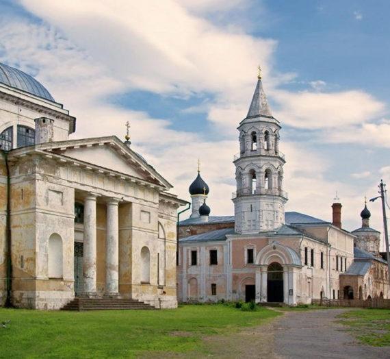 На территории Борисоглебского мужского монастыря г. Торжка открыт вещевой склад.