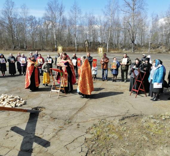 Первая служба на старинном монастырском кладбище.