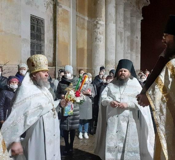 В ходе праздничного богослужения в Новоторжский Борисоглебский монастырь доставлен благодатный огонь.