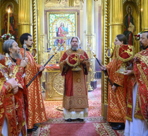 Митрополит Тихон возглавил Литургию в Псково-Печерском монастыре.