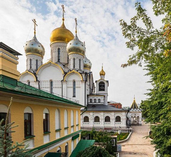 В Зачатьевском монастыре состоялся молебен во время губительного поветрия с крестным ходом.