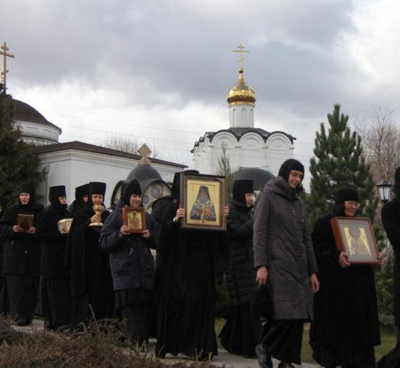 В Свято-Никольском Черноостровском монастыре Малоярославца ежедневно совершается крестный ход.