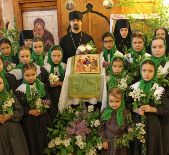 Пятидесятницу празднуем, и Духа пришествие.