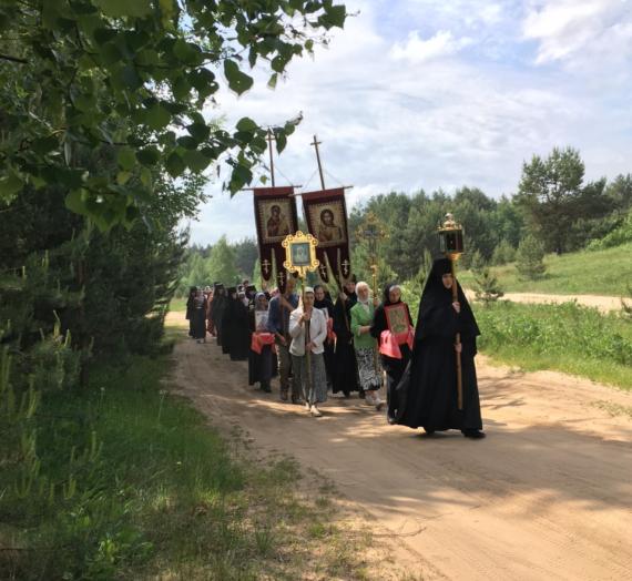 Сестры Оршина монастыря прошли крестным ходом к  Предтеченской часовне