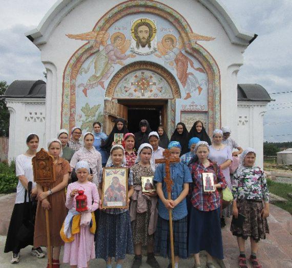 Воспитанницы Детского центра «Родник» прошли крестным ходом до пустыньки прп. Савватия Оршинского