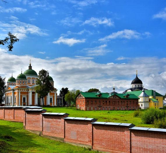 С северной стороны Христорождественского монастыря начались дорожные работы.