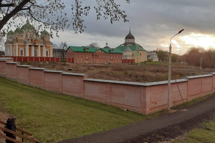 Продолжено обустройство пешеходной дорожки вокруг  Христорождественского монастыря
